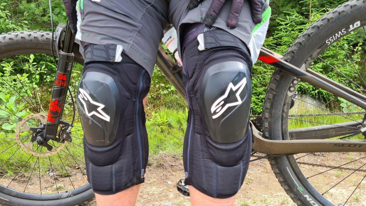 Test: Alpinestars Vector Tech til knæ og albue – når det går vildt for sig