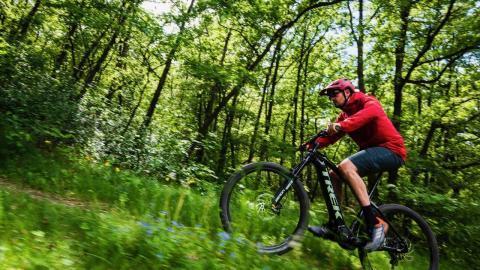 Få en fordel i skoven med en el mountainbike