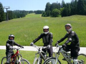 Den gang det hele startede. Mikkel i Wagrain sammen med racerkøreren Jan Magnussen (yderst til højre). Foto: Jan Kaiser